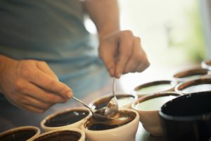 Kaffeprovning med koppar och provsmakningsskedar