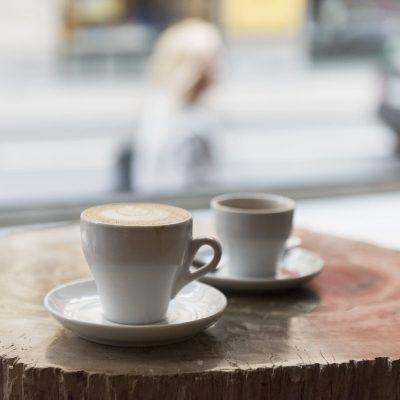 Kaffekoppar på bord