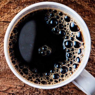Svart kopp kaffe ovanifrån