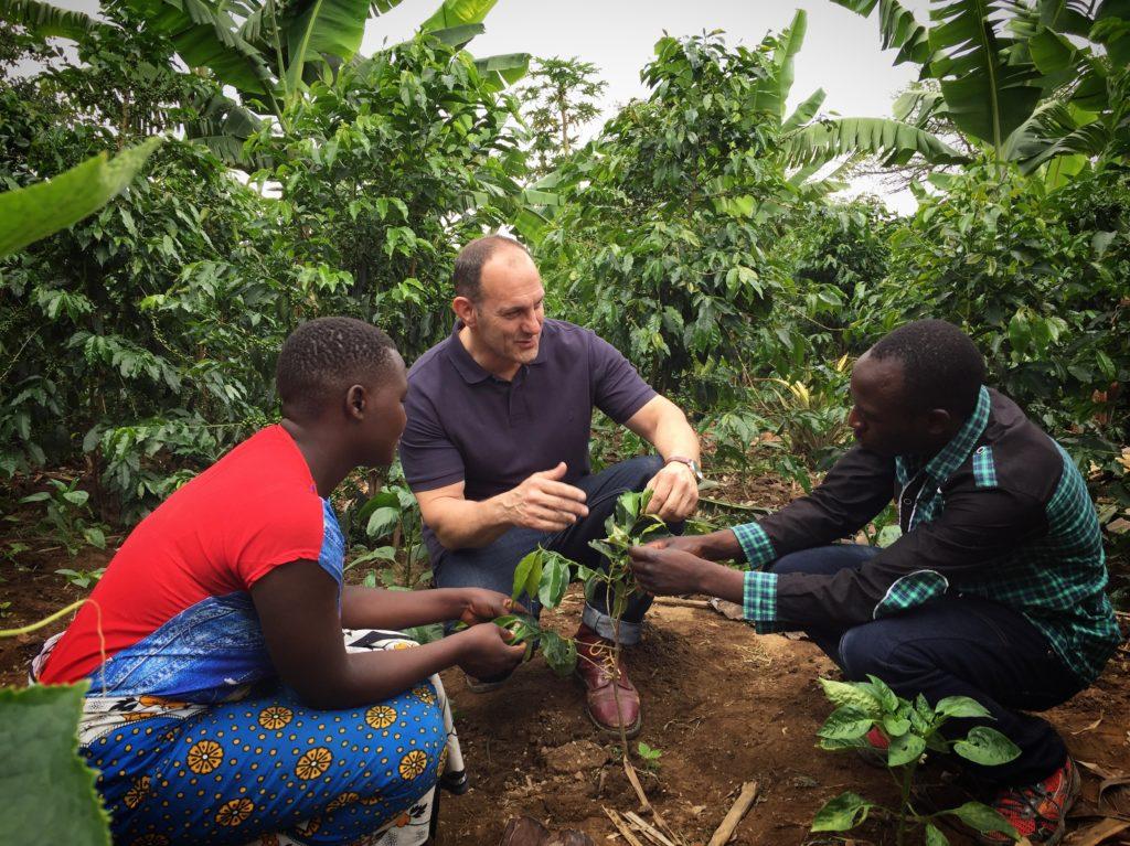 Löfbergs inköpare Tony med unga kaffeodlare i Tanzania