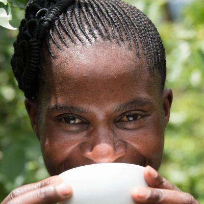 Next Generation Tanzania - kvinna med kopp