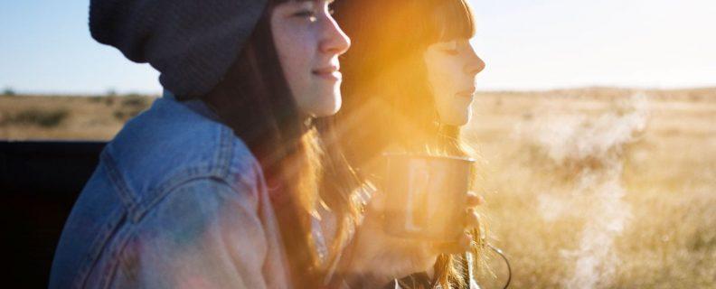 Kaffe utomhus med personer